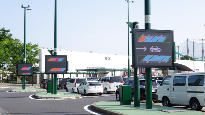駐車場の各レーン毎に空き状況を示す電光掲示板